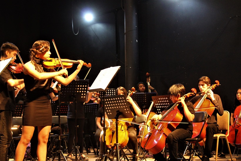 Orquesta Juvenil de Colina rinde homenaje musical al personal médico de Chile